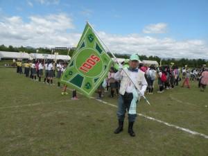 サポーター旗を掲げ開会式